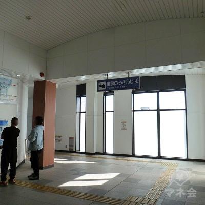 切符売り場を通過し、左の階段を下ります。