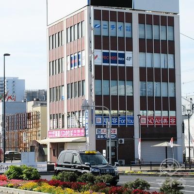 左斜め前に目的地建物が確認できます。