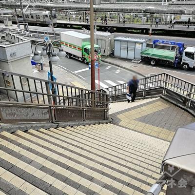 歩道橋を歩き、右側の階段を下りましょう。