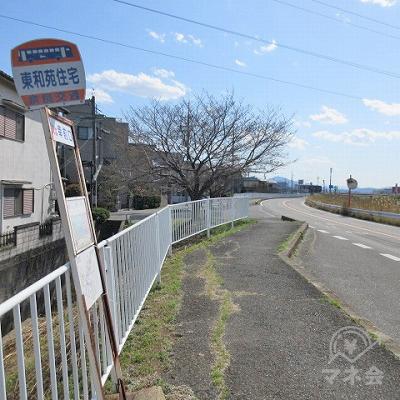 奈良交通、東和宛住宅停留所を通過し、約350m直進します。