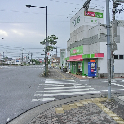 POLUSの看板のある横断歩道をそのままわたります。