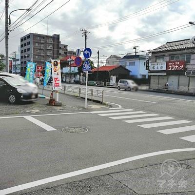 横須賀街道に出ます。横断歩道を左に渡ります。