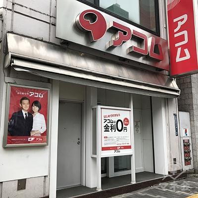 ミスタードーナツの隣の1階がアコムの店舗入り口です。