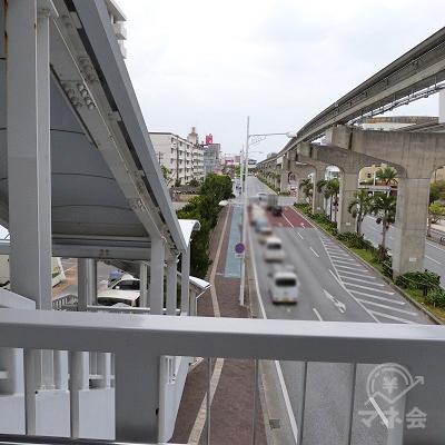 橋からの眺めです。橋の下の道路を、モノレールの線路沿いに直進します。