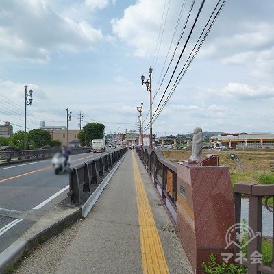 橋で川を渡ります。