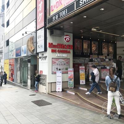 ビックカメラの入口を過ぎたプロミス店舗のあるビルが目的地です。