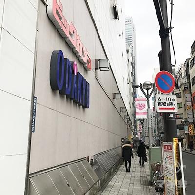 ビックカメラと小田急の建物に沿ってまっすぐ進みます。