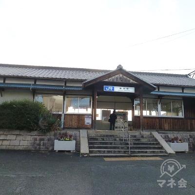 櫟本駅駅舎です。明治時代の古い駅舎が現役です。