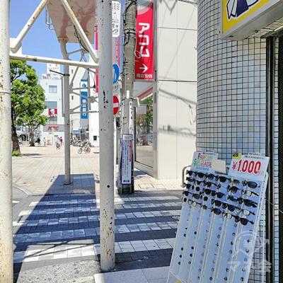 入口付近に他社のアコムの看板が設置されています。