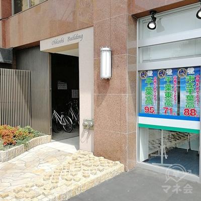 看板の下に建物の入口があります。