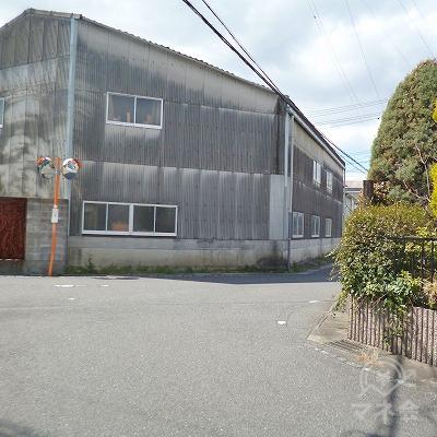 100m進み、正面に工場がある三叉路を右へ進んでください。