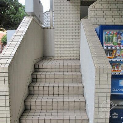 道路に面した階段で2階に上がります。