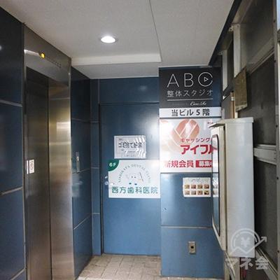 奥のエレベーターで7階にお上がりください。