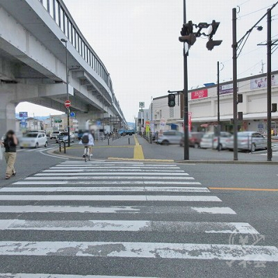 右の横断歩道(1つ目)を渡り、直進します。この時、イオンが右にあります。