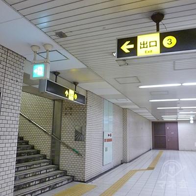 通路左手にある3番出口の階段を上がります。