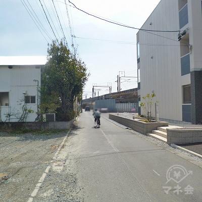 新幹線の線路沿いを400mほど進みます。