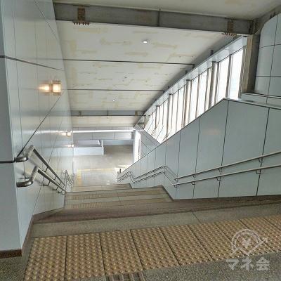 突き当たりの階段を下り地上へ出ます。