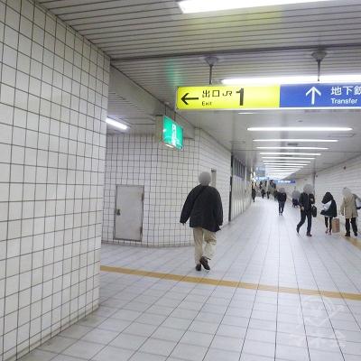 左手に1番出口への通路が分岐、そちらに進みます。