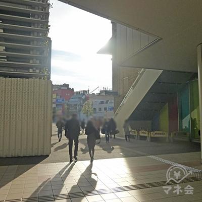 駅前広場を奥に進みます。