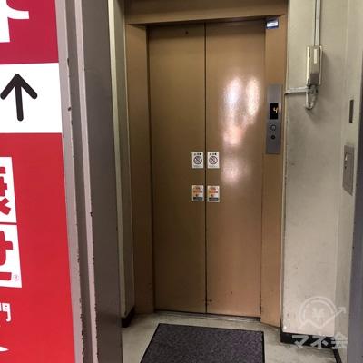 中へ進むとエレベーターがありますので4階へ。