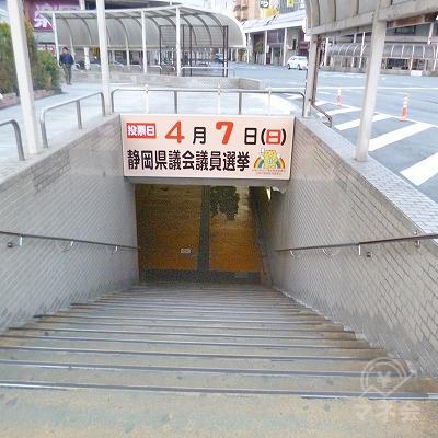 地下道へと進んでください。