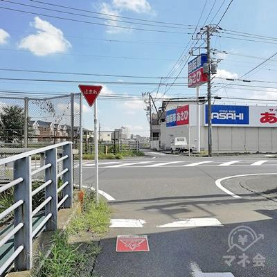 線路沿いを歩き止まれの標識から左に曲がります。