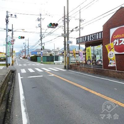 ガスト前の信号付き横断歩道で反対車線側に渡り、更に進みます。