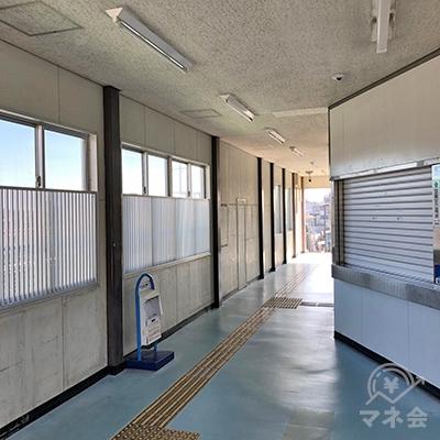 JR東海道本線の三河塩津駅には改札が1つのみです。改札を出たら右方向へ進みます。