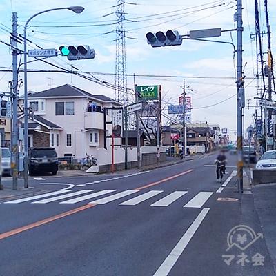 交差点を左に渡り、また道なりに20メートル歩きます。