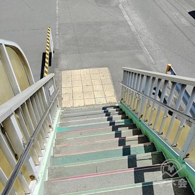 階段を下りて、左にUターンしましょう。