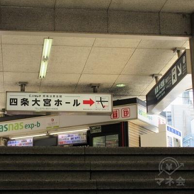 階段を上がり、右へ進みます。
