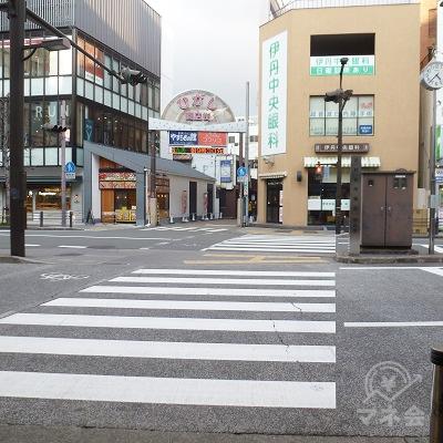 東出口の正面にある横断歩道を渡ります。