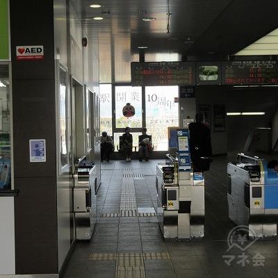JR京都線桂川駅改札口(1つのみ)を出て左へ進みます。