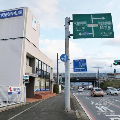 名阪国道・西名阪自動車道の下をくぐります。