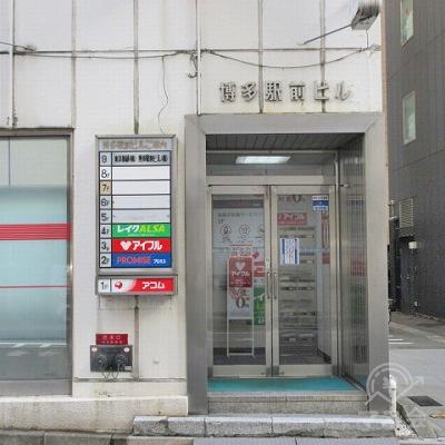 建物側面に建物入口があります。