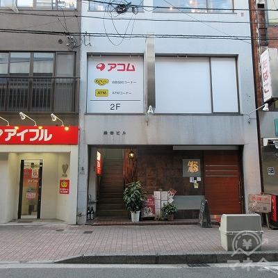 アイフル店舗を越えたら目的地建物です。建物入口は左側にあります。