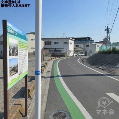 一方通行の道に出ます。緑のラインに沿って進みます。