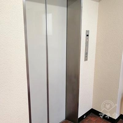 突き当たりにエレベーターがあります。4階へ上がりましょう。
