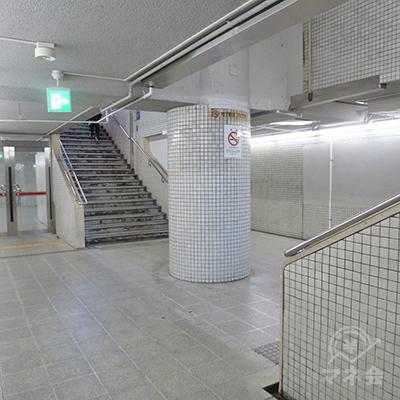 途中にあるガラス戸を出ると、手前と奥、二つの階段があります。