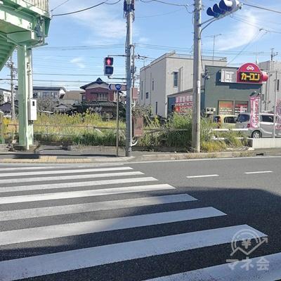 左にある信号を渡り、右の道を歩きます。