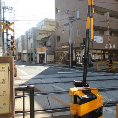 駅(八瀬比叡山口方面、貴船口・鞍馬方面)すぐの踏切を渡り、直進します。