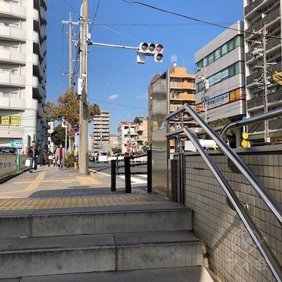 2番出口から地上へ階段を上ります。