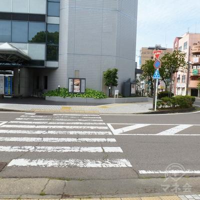 ホテル前まで来たら、右奥の方へ続く歩道へ進みます。