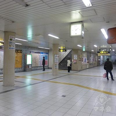 改札を出て右折すると、階段(1〜4番出口)があります。