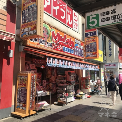 DVDショップムーランのビルに店舗がありますが入口は裏側にあります。