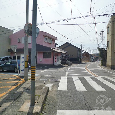 左手にピンク色の家がある交差点を左折してください。