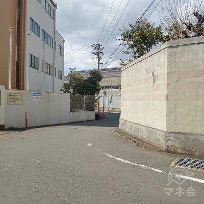 道中、大きなカーブもありますが、道なりに進んでください。