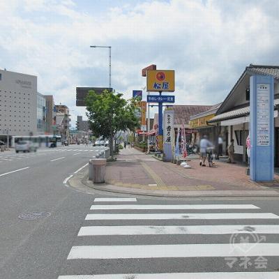 途中、横断歩道を渡り松屋を通過します。
