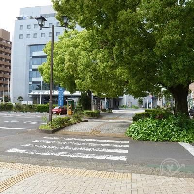 横断歩道と歩道を渡ってシティホテル美濃加茂の方へ向かいます。