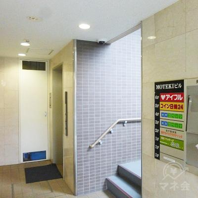 ビルに入るとエレベーターがあります。6階にお上がりください。